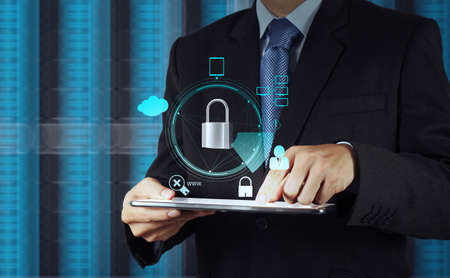 인터넷 보안 온라인 비즈니스 개념으로 터치 스크린 컴퓨터에 자물쇠를 가리키는 사업가 손