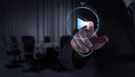 empezar: Botón de reproducción pulse Empresario muestra de la mano para iniciar o poner en marcha proyectos como el concepto Foto de archivo
