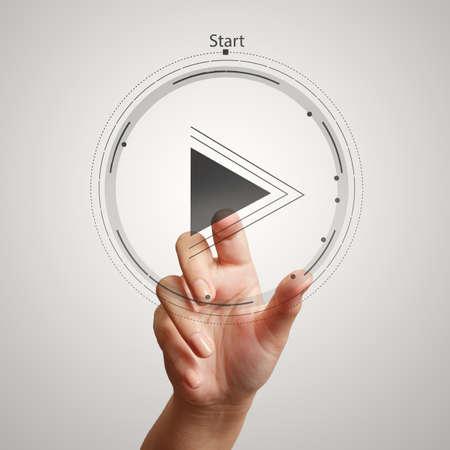 empezar: mano presiona el botón de reproducción señal para iniciar o poner en marcha proyectos como el concepto Foto de archivo