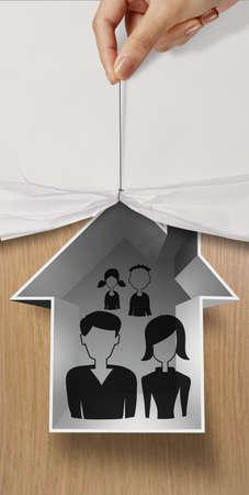 vida social: papel arrugado mano abierta para mostrar la familia drenaje de la mano y casa icono en el cartel de madera como concepto de seguro