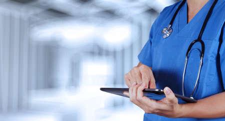 medical instruments: thành bác sĩ y khoa thông minh làm việc với phòng điều hành như là khái niệm