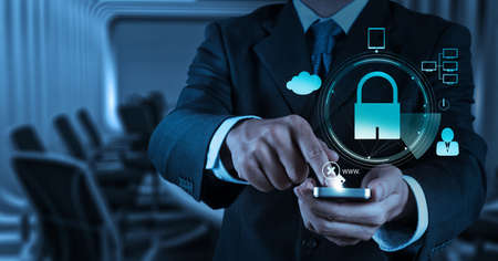 実業家の手のインター ネット セキュリティ オンライン ビジネス概念として南京錠と 3 d の携帯電話を示す