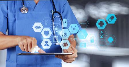 의료 개념으로 현대적인 컴퓨터 인터페이스 작업 의학 의사 손