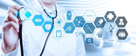 estetoscopio corazon: Doctor en medicina trabajando mano con interfaz de la computadora moderna como concepto m�dico