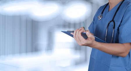 succes slimme medische arts die met operatiekamer Stockfoto
