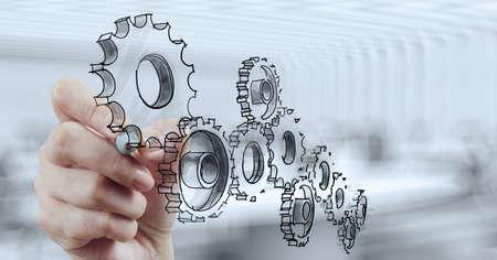 herramientas de mecánica: mano de hombre de negocios saca engranaje al concepto de éxito Foto de archivo