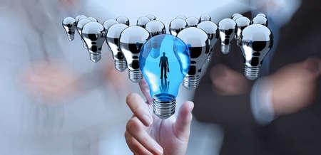 sinergia: bombilla alcance de la mano 3d luz del concepto de liderazgo