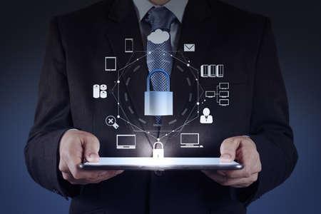 zakenman hand wijst naar hangslot op touch screen computer zoals Internet beveiliging online business concept