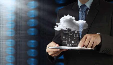 개념으로 새 컴퓨터 인터페이스에서 클라우드 컴퓨팅 다이어그램 작업 사업가 손