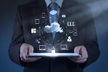 Mão de empresário trabalhando com um diagrama de Cloud Computing na nova interface do computador como conceito