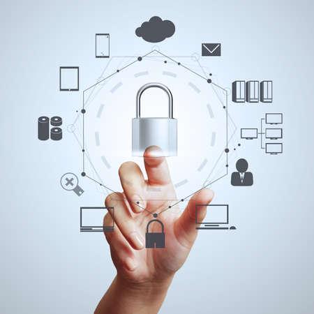 zakenman hand weergegeven: 3d hangslot op touch screen computer als internetbeveiliging online bedrijfsconcept