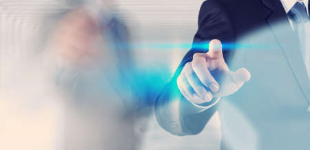dedo: mano de empresario presionando el bot�n con el contacto en las pantallas virtuales como concepto Foto de archivo