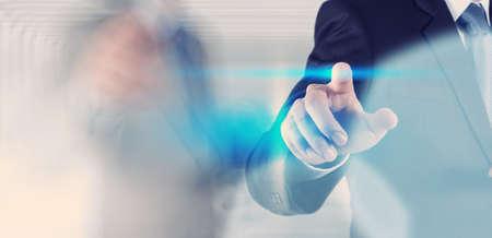podnikatel ruky stiskem tlačítka s kontaktem na virtuální obrazovky jako koncept