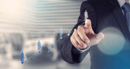 inteligencia: mano de negocios que trabaja con la computadora nueva, moderna y estrategia de negocio como concepto