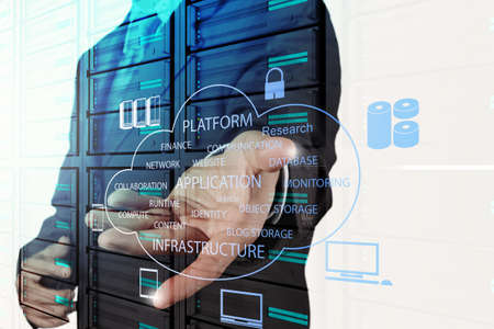 tecnolog�a informatica: Mano medicina m�dico que trabaja con interfaz de la computadora moderna como concepto m�dico