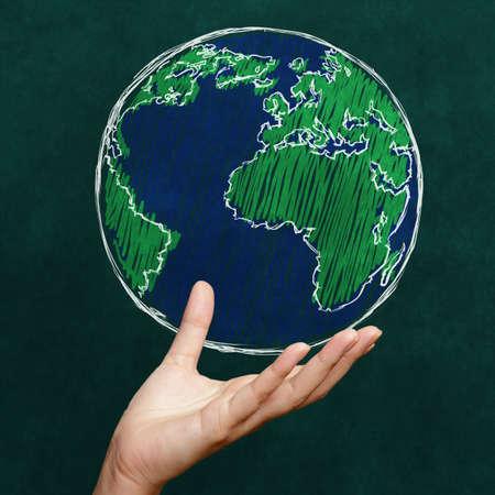 simbolos matematicos: Mano que sostiene el mundo en la pizarra como concepto Foto de archivo