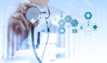 egészségügyi: Dupla expozíció okos orvos dolgozik műtőben, mint fogalom