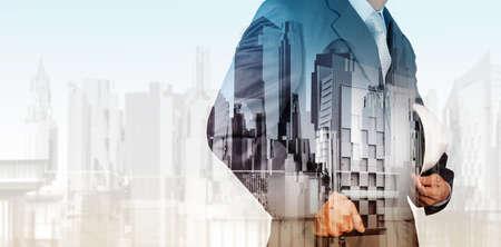 ingenieria industrial: Doble exposici�n de ingeniero de negocios y ciudad abstracta como concepto