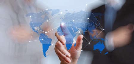 ビジネスマンの新しい近代的なコンピューターでの作業を示す社会ネットワーク構造