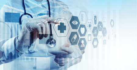 simbolo medicina: Doble exposición de médico inteligente trabajando con quirófano como concepto