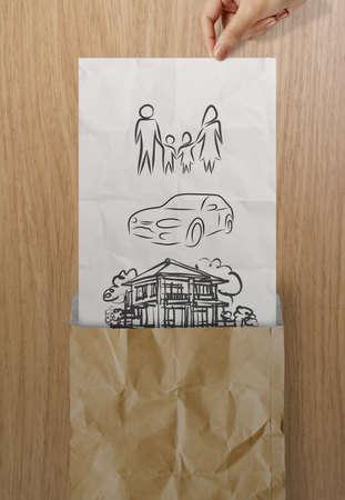 planificacion familiar: papel arrugado mano abierta para mostrar la planificación futura de la familia en el fondo de madera como concepto Foto de archivo