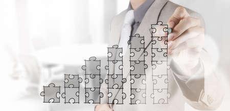 cartes d'affaires main de puzzle avec la nouvelle stratégie de l'ordinateur et l'entreprise moderne comme notion