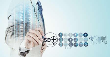 Dubbele belichting van zakenman hand met zoekmachine optimalisatie SEO als concept Stockfoto