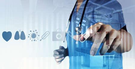 Tiếp xúc đôi của Y bác sĩ tay làm việc với giao diện máy tính hiện đại như là khái niệm y tế