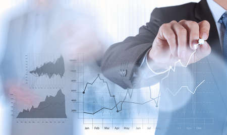 desarrollo econ�mico: mano de negocios que trabaja con la computadora nueva, moderna y estrategia de negocio como concepto