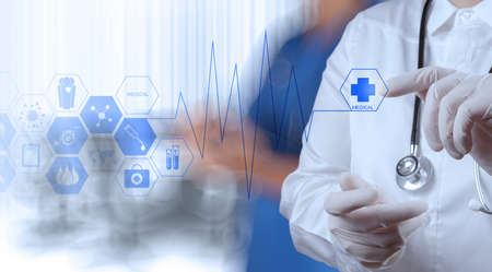 tecnologia informacion: Mano medicina m�dico que trabaja con interfaz de la computadora moderna como concepto m�dico