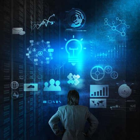ビジネスマンの概念として現代技術での作業