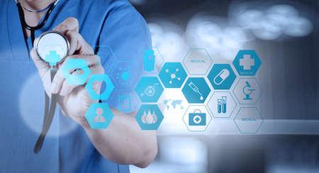 símbolo de la medicina: Mano medicina m�dico que trabaja con interfaz de la computadora moderna como concepto m�dico
