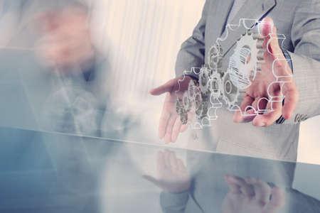 estructura: mano de hombre de negocios saca engranaje al concepto de �xito Foto de archivo