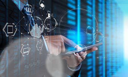 communicatie: Dubbele belichting van zakenman toont moderne technologie als concept Stockfoto