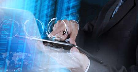 tecnolog�a informatica: hombre de negocios muestra la tecnolog�a moderna como concepto