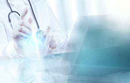 thành bác sĩ y khoa thông minh làm việc với phòng điều hành như là khái niệm