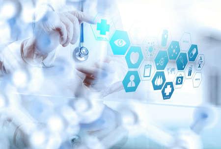 slimme medische arts die met operatiekamer als concept