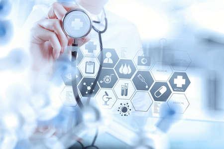 SALUD: médico inteligente sosteniendo un estetoscopio con quirófano como concepto Foto de archivo
