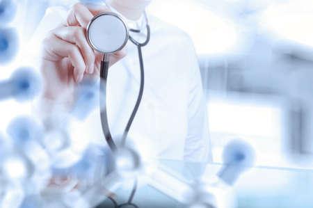 概念として手術室と聴診器を保持しているスマートの医師 写真素材 - 34115777