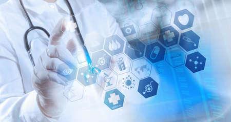 Doppelbelichtung von Smart Arzt arbeitet im Operationssaal als Konzept Standard-Bild - 34115841