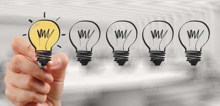 desarrollo económico: dibujo a mano la estrategia de negocio creativo con bombillas Foto de archivo