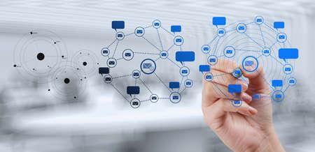 ビジネスマンの新しい近代的なコンピューターで作業概念としての社会ネットワーク構造を表示します。