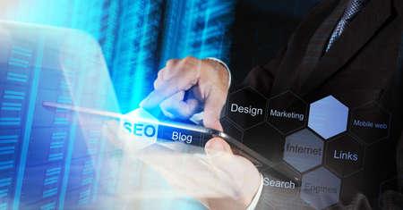 zakenman hand met zoekmachine optimalisatie SEO als concept