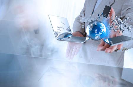 Biznesmen pokazuje nowoczesną technologię jako koncepcji