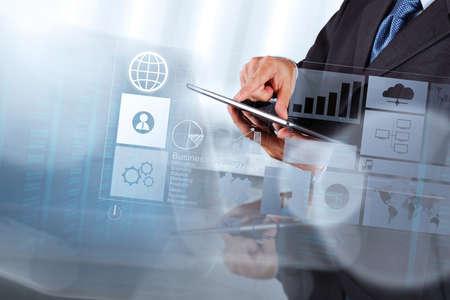 개념으로 새로운 현대적인 컴퓨터 및 비즈니스 전략과 작업 사업가 손