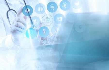 의학 의사의 손 의료 개념으로 현대적인 컴퓨터 인터페이스와 함께 작동