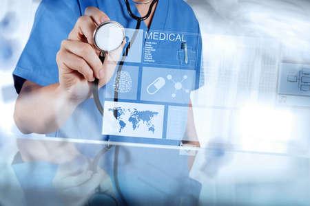 simbolo medicina: Mano medicina médico que trabaja con interfaz de la computadora moderna como concepto médico