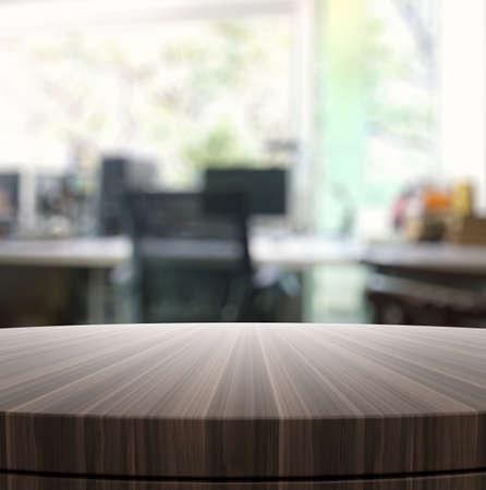 Lege houten ronde tafel en onscherpe achtergrond voor productpresentatie