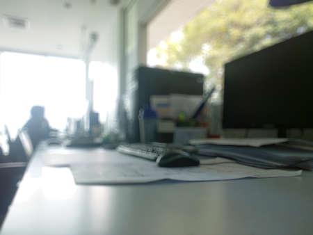 抽象的なオフィスのコンピューターには、背景をぼかし