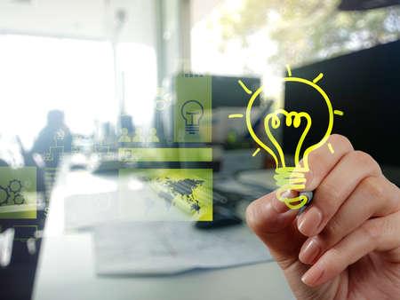 empresas: dibujo estrategia de negocio creativo con bombilla como concepto de mano Foto de archivo
